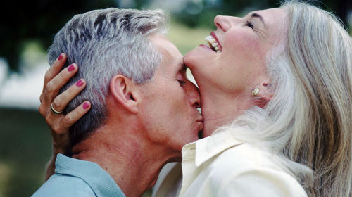покойный муж целует