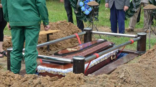 опускать закрытый гроб в могилу