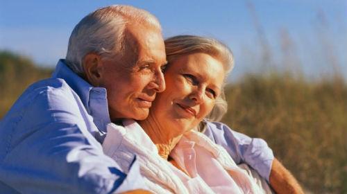 обнимать покойного мужа