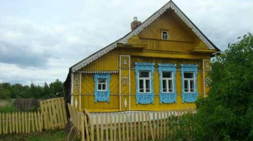 видеть деревянный дом в деревне