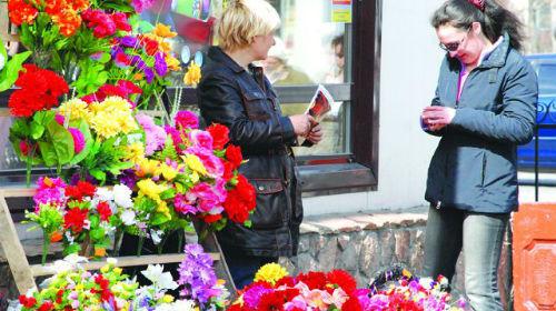 покупать цветы на кладбище