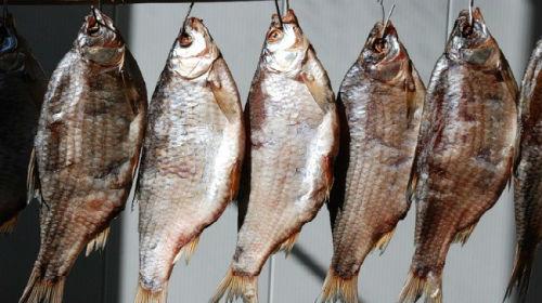 много сушенной рыбы