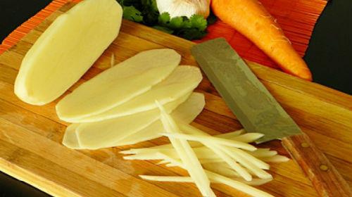 чистить сырую картошку