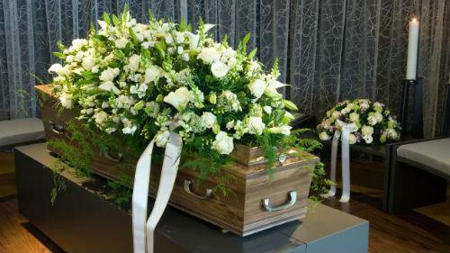 крышка гроба с цветами