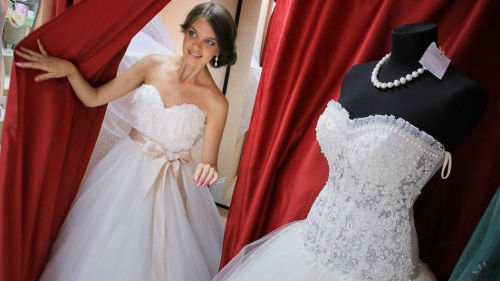 примерять свадебный наряд
