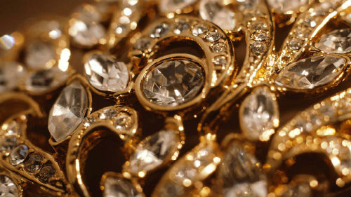 видеть много золотых украшений