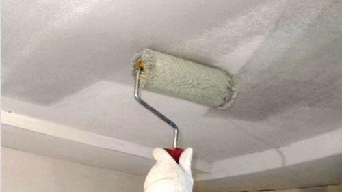 белить потолок