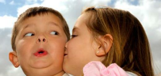 детский поцелуй в щеку во сне