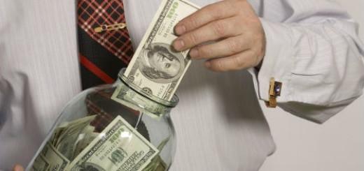 прятать деньги в банку