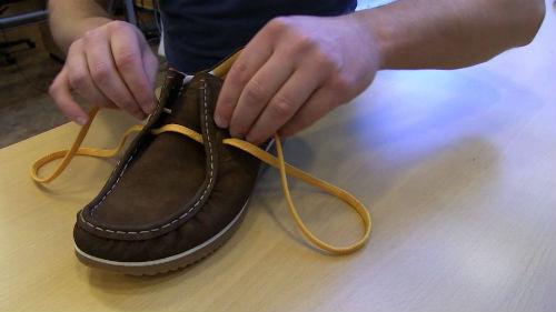 завязывать шнурки на ботинках