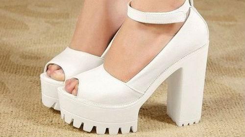 мерить белую обувь