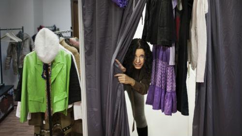 мерить одежду в магазине