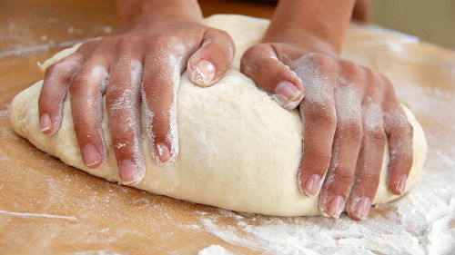 месить тесто руками