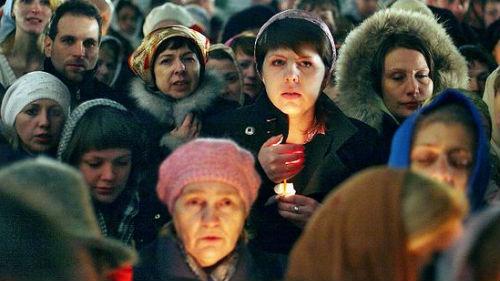много людей на похоронах