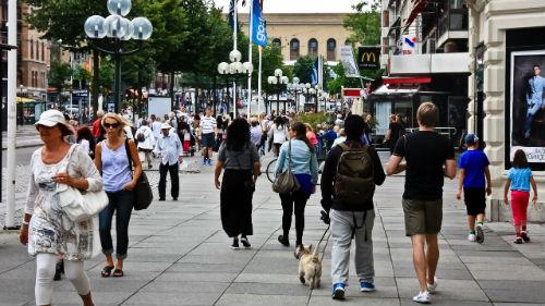 много народу на улице