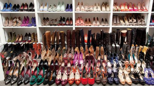 к чему снится обувь женская много