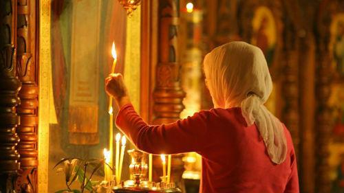 молится перед иконой
