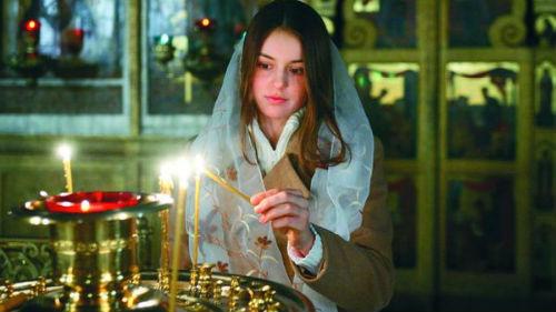 молиться в церкве девушке
