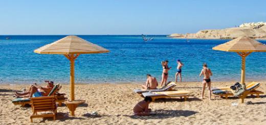 морской пляж с людьми