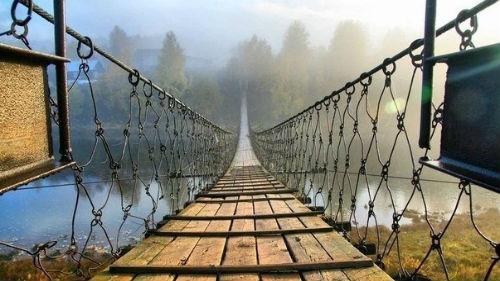 мост через реку переходить