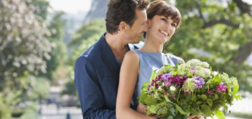 мужчина дарит цветы во сне