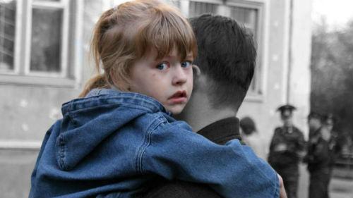 мужчина спасает ребенка