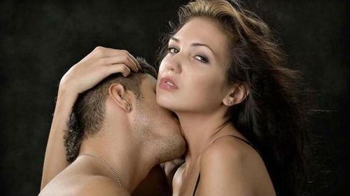 во сне знакомый мужчина целует