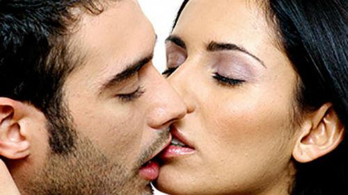 знакомый мужчина целует в губы