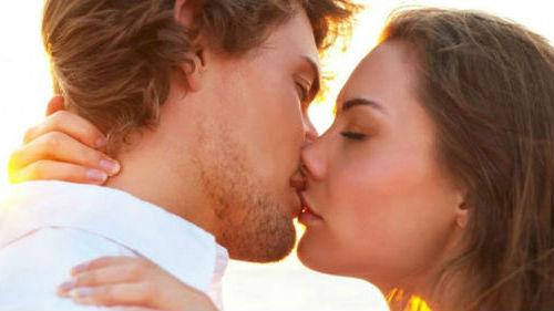Когда снится целует парень знакомый к чему