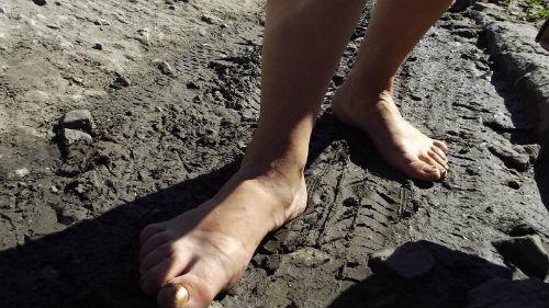 наступить в грязь ногами