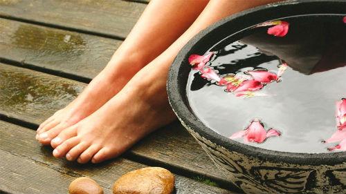 смывать грязь с ног