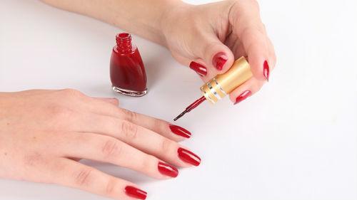 красить ногти красным лаком