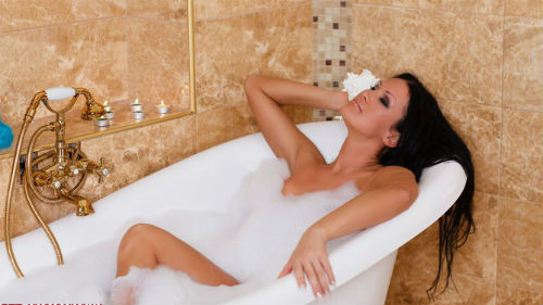 Девушка мылась в вавнне фото 709-0