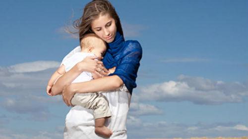 держать на руках ребенка
