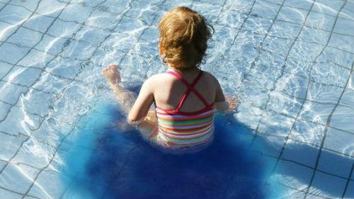 пописать в бассейн