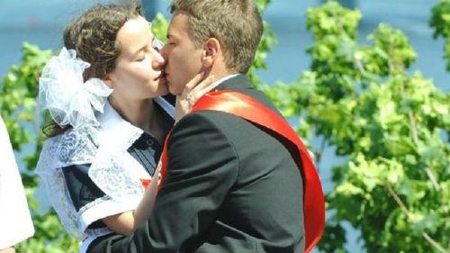 поцелуй со школьницей