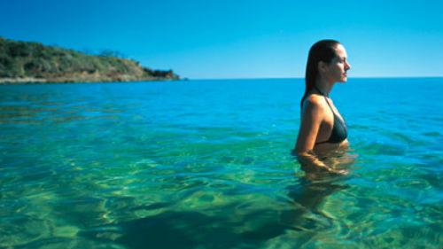 плавать в чистой голубой воде