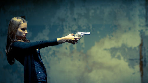 застрелить человека из пистолета