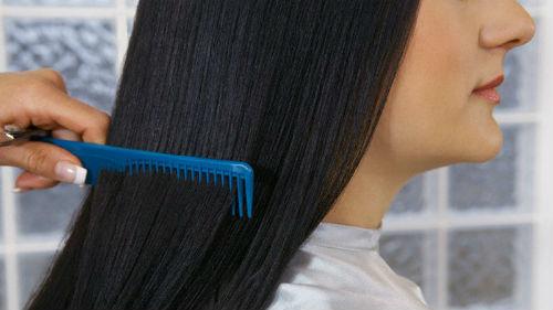 расчесывать волосы другому человеку