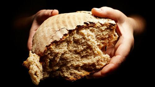 кусок хлеба давать