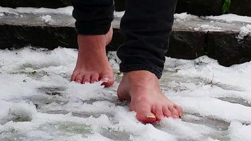к чему снится ходить по снегу босиком