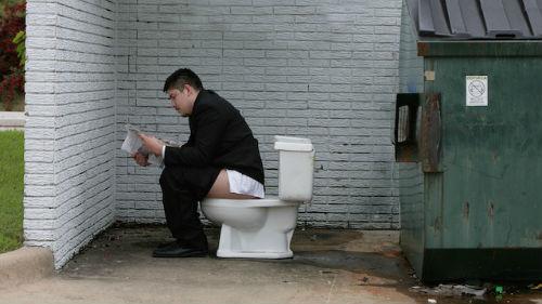 к чему снится ходить в туалет на улице