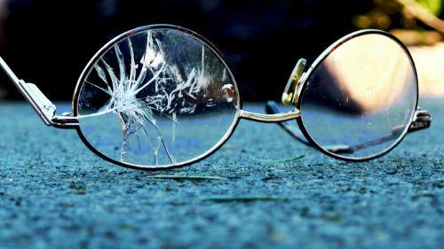 видеть разбитые очки
