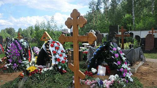 могилы недавно умерших родителей