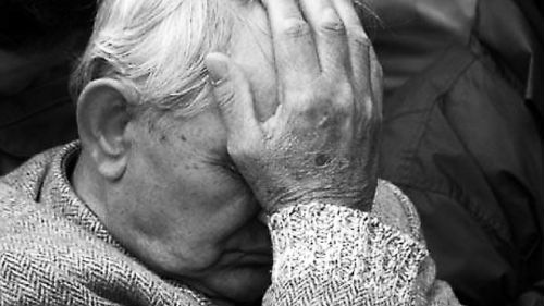 дед плачет