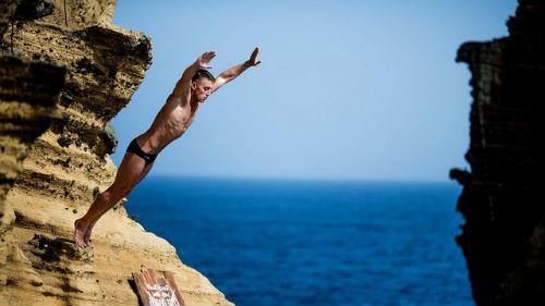 прыгать со скалы в море