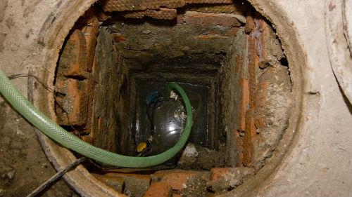 упасть в выгребную яму