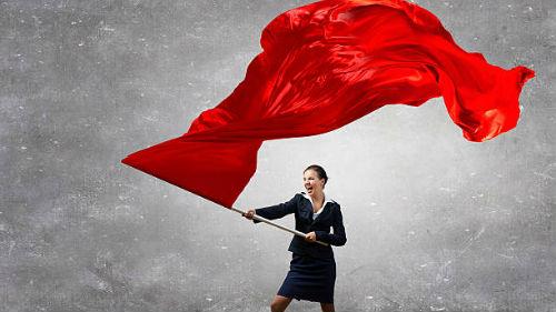видеть красное знамя женщине