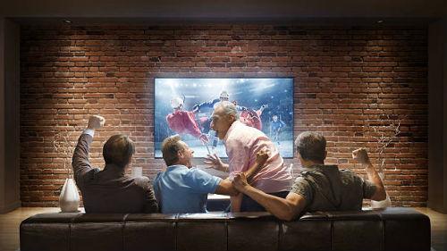 видеть игру футболистов дома по телевизору
