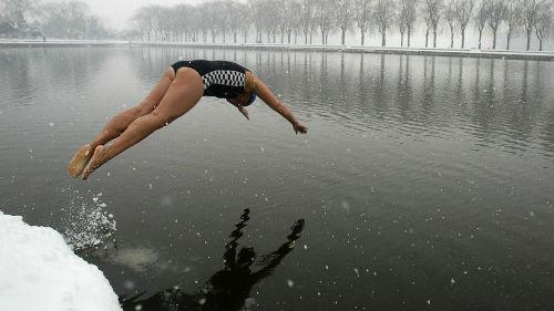 купаться в ледяной реке